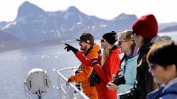 Tiina Jaaskelainen (kedua kiri) bersama peneliti lainnya melihat pemandangan dari atas kapal pemecah es Finlandia MSV Nordica saat tiba di Nuuk, Greenland (29/7). Mereka berhasil mengarungi laut selama 24 hari. (AP Photo/David Goldman)