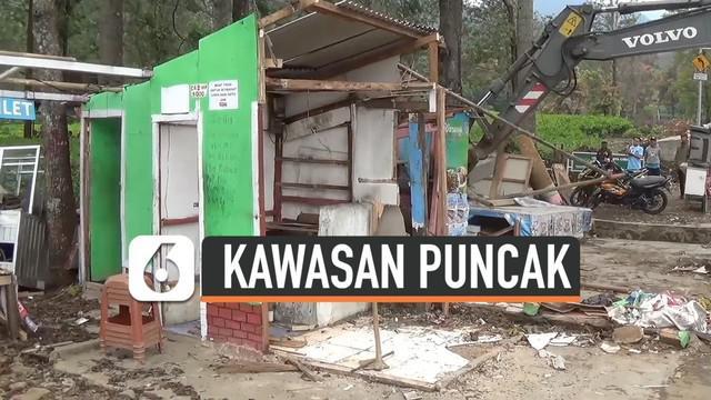 Bangunan liar di Kampung Tugu yang berada di kawasan Puncak, Bogor, Jawa Barat dibongkar petugas. Bangunan tersebut berdiri di atas tanah negara.