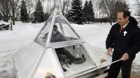 Greg Zanis, sedang mengawasi seorang remaja menjajal mobil listrik kreasinya. Foto : Laura Stoecker | Daily Herald