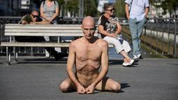 Seorang seniman Swiss, Imre Thormann beraksi di jalanan Kota Biel, Swiss, Jumat (21/8/2015). Festival gila ini diikuti oleh 17 seniman seluruh Eropa. (AFP PHOTO/Fabrice Coffrini)