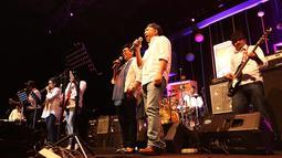 7 Menteri Presiden Jokowi itu tampil membawakan empat lagu sesudah penampilan Endah N Resha. Ketujuh menteri tersebut kompak mengenakan kemeja dan topi. Beberapa bahkan dibalik. (Bambang E Ros/Bintang.com)