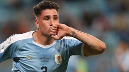 Bek Uruguay, Jose Gimenez berselebrasi usai mencetak gol ke gawang Jepang selama pertandingan grup C Copa America 2019 di Arena Gremio di Porto Alegre, Brasil (20/6/2019). Jepang bermain imbang 2-2 atas Uruguay. (AP Photo/Edison Vara)