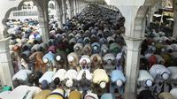Umat Muslim Pakistan melaksanakan Salat Jumat pertama di bulan suci Ramadan di Masjid Data Darbar di Lahore, Jumat (2/6). (AFP PHOTO / ARIF ALI)