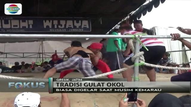 Mulai anak-anak, ibu rumah tangga, hingga orang tua, ikuti 'gulat okol', sebagai tradisi meminta hujan di Gresik, Jawa Timur.