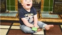 Bukan menyembunyikan, tapi orangtua ini berbagi kehidupan putranya dengan down syndrome.