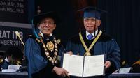 Rektor ITB Prof. Kadarsah Suryadi memberikan gelar Doktor Honoris Causa untuk Hatta Rajasa. (Liputan6.com/Huyogo Simbolon)