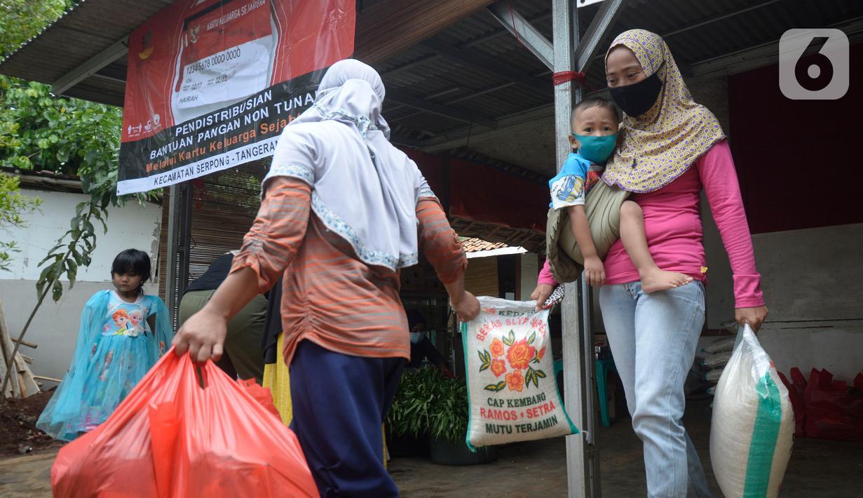 Warga yang memiliki kartu ATM Keluarga Sejahtera sedang mengambil bantuan pangan non tunai dari Kemensos di Kelurahan Buaran, Tangerang Selatan, Banten, Jumat (16/10/2020). Bantuan pangan non tunai tersebut berupa Beras, Telor, Ayam, Tempe Tahu, Pisang, Kangkung dan sabun. (merdeka.com/Dwi Narwoko)