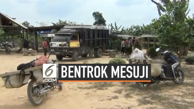 Sejumlah warga masih merasa khawatir usai terjadinya bentrokan di Mesuji, Lampung. Warga hanya kembali ke rumah untuk mengambil barang-barang lalu kembali mengungsi.