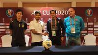 Rizky Pellu dan pelatih PSM, Bojan Hodak, dalam sesi konferensi pers jelang melawan Tampines Rovers di Piala AFC 2020 di Stadion Jalan Besar, Singapura (11/2/2020). (Bola.com/Abdi Satria)