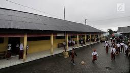 Siswa bermain bola di halaman sebelum kegiatan belajar di SD Negeri 2 Bowongso, Kecamatan Kalikajar, Wonosobo, Jawa Tengah (2 /4). SD Negeri 2 Bowongso merupakan salah satu SD  yang terletak di kaki Gunung Sumbing, berada di dataran berketinggian 1.400 mdpl. (merdeka.com/Iqbal S. Nugroho)