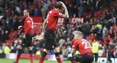 Para pemain Manchester United tampak kecewa usai diimbangi Wolverhampton Wanderers pada laga Premier League di Stadion Old Trafford, Sabtu (22/9/2018). Manchester United ditahan 1-1 oleh Wolverhampton. (AP/Rui Vieira)