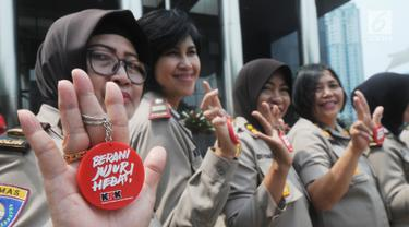Sejumlah polisi wanita (polwan) menunjukkan pin antikorupsi di depan Gedung KPK, Jakarta, Kamis (29/8/2019). Jelang HUT ke-71 Polwan RI, sejumlah polisi wanita menggelar pertemuan dengan Wakil Ketua KPK Irjen Pol (Purn) Basaria Panjaitan. (Merdeka.com/Dwi Narwoko)