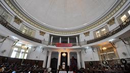 Ratusan umat Kristiani mengikuti Misa Natal di Gereja Immanuel Jakarta, Kamis (25/12/2014). Suasana Misa Natal di Gereja Immanuel berlangsung khidmat dan khusyuk. (Liputan6.com/Miftahul Hayat)