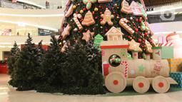 Hiasan ornamen pohon Natal terlihat di Senayan City, Jakarta, Senin (21/12/2020). Pohon Natal ini didominasi permainan warna hijau, merah, putih dan emas dan sekeliling pohon Natal dengan beragam wrapping gift boxes warna-warni berukuran besar. (Liputan6.com/Herman Zakharia)