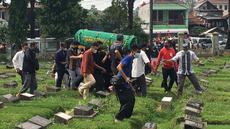 Sejumlah keluarga dan kerabat dari Markis Kido mengantarkan jenazah ke tempat peristirahatan terakhir di TPU Kebon Nanas, Jakarta, Selasa (15/6/2021). (Foto: Bola.com/Erwin Fitriansyah)
