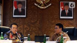 Ketua MPR Bambang Soesatyo berbincang dengan Wakil Ketua MPR Ahmad Basarah sebelum memulai rapat perdana pimpinan MPR periode 2019-2024 di Kompleks Parlemen Senayan, Jakarta, Rabu (9/10/2019). Rapat membahas pembagian tugas hingga rencana pelantikan Jokowi-Ma'ruf Amin. (Liputan6.com/Johan Tallo)
