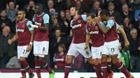 Pemain West Ham United, Andy Carroll (9), mencetak gol ke gawang Chelsea dalam lanjutan Premier League di Boleyn Ground, London, Sabtu (24/10/2015) malam WIB. (Reuters / Eddie Keogh)
