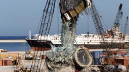 Patung perempuan terlihat di dekat Pelabuhan Beirut di Lebanon pada 20 Oktober 2020. Patung perempuan itu dari puing-puing dari ledakan di Pelabuhan Beirut itu dilengkapi sebuah jam yang menunjukkan waktu terjadinya ledakan, yaitu sekitar pukul 18.08 pada 4 Agustus 2020. (Xinhua/Bilal Jawich)