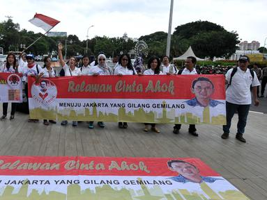 "Puluhan Masyarakat mendeklarasikan kegiatan ""Relawan Cinta Ahok"" di Taman Pandang, Jakarta (17/9). Dalam kegiatan tersebut mereka mendukung dan berharap Gubernur Basuki T Purnama kembali mencalonkan diri pada Pilkada 2017-2022. (Liputan6.com/Johan Tallo)"