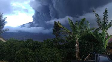 Foto yang diambil dan dirilis Badan Nasional Penanggulangan Bencana (BNPB) pada 7 Mei 2019 menunjukkan aktivitas Gunung Sinabung yang kembali memuntahkan abu vulkanik tebal, saat dipantau dari wilayah Karo. (AFP Photo/Handout /BNBP)