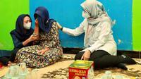 Bupati Banyuwangi Ipuk Fiestiandani  menemui salah satu keluarga korban KMP Yunicee. (Dian Kurniawan/Liputan6.com)