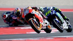 Pedrosa dengan brilian mengalahkan jagoan Movistar Yamaha, Valentino Rossi. The Doctor terpaut 2,837 detik dari pebalap berusia 30 tahun tersebut. (AFP/Gabriel Bouys)