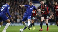 Striker Chelsea, Olivier Giroud, melepaskan tendangan saat melawan Bournemouth pada laga Piala Liga Inggris di Stadion Stamford Bridge, Kamis (20/12). Chelsea menang 1-0 atas Bournemouth. (AP/Alastair Grant)
