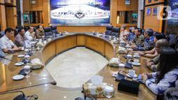 Suasana pertemuan jajaran Grup Emtek (kanan) dengan Menko Polhukam Mahfud Md (kedua kiri) di Kantor Kemenko Polhukam, Jakarta, Kamis (12/3/2020). Jajaran Grup Emtek mengunjungi Mahfud Md untuk bersilatuhrami. (Liputan6.com/Faizal Fanani)