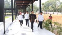 Presiden Joko Widodo (Jokowi) didampingi Mensesneg Pratikno, Menteri Sosial Agus Gumiwang dan Menteri PUPR Basuki Hadimuljono meninjau fasilitas umum untuk masyarakat berkebutuhan khusus di Kompleks GBK Senayan, Selasa (16/10). (Liputan6.com/Angga Yuniar)
