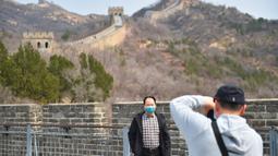 Wisatawan berfoto di Tembok Besar bagian Badaling di Beijing, ibu kota China, pada 24 Maret 2020.