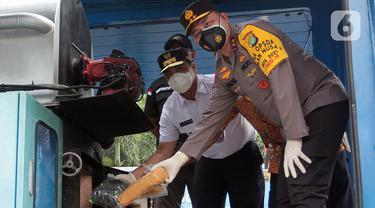 Kapolda Metro Jaya Irjen Fadil Imran memusnahkan hasil pengungkapan kasus narkoba di Mapolda Metro Jaya, Jakarta, Rabu (3/2/2021). Polisi memusnahkan satu ton lebih narkoba berbagai jenis seperti ganja, sabu, ekstasi, dan tembakau gorilla. (Liputan6.com/Herman Zakharia)