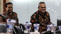 Ketua KPU RI Arief Budiman dan Ketua Bawaslu Abhan saat pertemuan DPD dengan KPU dan Bawaslu, Jakarta, Selasa (24/7). Pertemuan membahas tentang putusan MK terkait pengurus partai yang tidak bisa menjadi calon anggota DPD. (Liputan6.com/Johan Tallo)