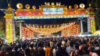 Ribuan orang memadati kawasan wisata lampion Imlek di Pasar Gede hingga Balai Kota Solo untuk menyambut malam Tahun Baru Imlek, Jumat malam (24/1).(Liputan6.com/Fajar Abrori)