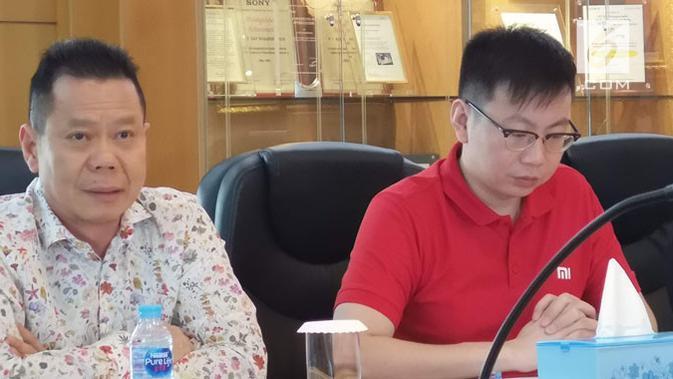 CEO PT Sat Nusapersada, Abidin Hasibuan (kiri) saat ditemui di pabriknya di Batam. (Liputan6.com/ Yuslianson)