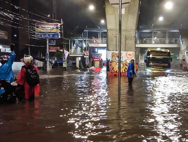 Banjir menggenangi kawasan Simpang Seskoal, Kebayoran Lama, Jakarta, Sabtu malam (16/2). Hujan deras sejak pukul 22.00 WIB mengakibatkan saluran pembuangan berukuran kecil tersumbat. (Liputan6.com/Septian)
