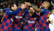 Para pemain Barcelona merayakan gol yang dicetak Lionel Messi ke gawang Granada pada laga La Liga di Stadion Camp Nou, Barcelona, Minggu (19/1). Barcelona menang 1-0 atas Granada. (AFP/Lluis Gene)