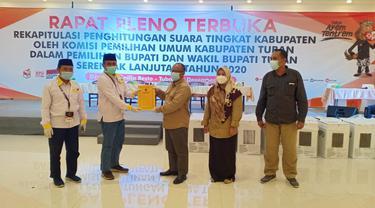 Suasana rapat pleno KPU Kabupaten Tuban terkait rekapitulasi perhitungan suara tingkat kabupaten. (Liputan6.com/Ahmad Adirin)