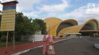 Pengunjung sedang berada di Keong Mmas, Taman Mini Indonesia Indah (TMII), Jakarta, Rabu (7/4/2021). Kementerian Sekretariat Negara secara resmi mengambil alih pengelolaan dan pemanfaatan TMII dari Yayasan Harapan Kita yang sudah dikelolanya hampir 44 tahun. (Liputan6.com/Herman Zakharia)