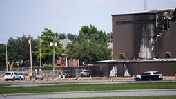 Kerusakan terlihat setelah pesawat bermesin ganda menabrak hanggar di Bandara Addison, Addison, Texas, AS,  Minggu (30/6/2019). Seluruh penumpang pesawat tewas dalam insiden nahas tersebut. (Shaban Athuman/The Dallas Morning News via AP)