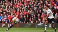 Proses terjadinya gol yang dicetak striker Manchester United, Marcus Rashford ke gawang Liverpool pada laga Premier League di Stadion Old Trafford, Manchester, Sabtu (10/3/2018). MU menang 2-1 atas Liverpool. (AFP/Oli Scarff)