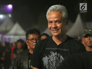 Gubernur Jawa Tengah, Ganjar Pranowo tiba untuk menonton Jogjarockarta 2018 di Stadion Kridosono Yogyakarta (27/10). Ganjar datang untuk menyaksikan Band thrash metal asal AS Megadeth dan sejumlah musisi tanah air. (Fimela.com/Bambang E.Ros)