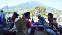 Warga berdoa di makam Desa Selo, Kabupaten Boyolali, Kamis (3/5). Tradisi ini Sebagai perayaan menyambut datangnya bulan ramadan, kemudian dilanjutkan makan bersama di pertigaan jalan desa. (Liputan6.com/Gholib)