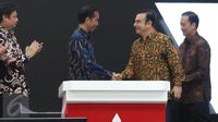 Presiden Joko Widodo berjabat tangan dengan Chairman of the board Mitsubishi Motors Corporation Carlos Ghosn saat meresmikan pengoprasian pabrik baru PT MMKI di GIIC, Cikarang Pusat, Bekasi, Jawa Barat, Selasa (25/4). (Liputan6.com/Angga Yuniar)