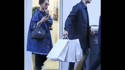 Aktor Robert Pattinson dan penyanyi yang punya gaya unik dan nyentrik itu terlihat membeli beberapa baju dari sebuah toko di Paris, (15/10/14). (Dailymail)