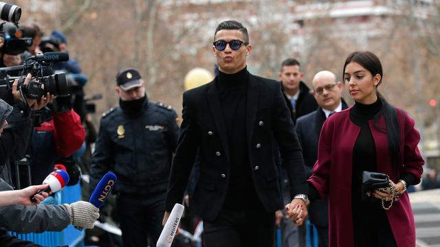 Ronaldo Gandeng Erat Kekasih Saat Hadiri Sidang Penggelapan Pajak