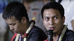 Pasangan ganda putra Indonesia, Mohammad Ahsan/Hendra Setiawan, saat konfrensi pers di Bandara Soekarno-Hatta, Tangerang, Selasa (27/8). Ahsan/Hendra meraih gelar pada Kejuaraan Dunia Bulutangkis 2019. (Bola.com/Yoppy Renato)