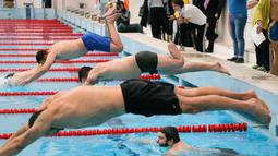 Seorang prajurit yang memiliki kaki satu berenang saat mengikuti tes untuk turnamen Invictus Games Ukraine di Kiev, Ukraina (28/1). Mereka adalah prajurit korban perang konflik dengan separatis pro Rusia di Ukraina Timur. (AP Photo/Efrem Lukatsky)
