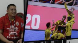 Ketua Umum The Jakmania, Diky Soemarno, saat bermain FIFA 20 di Kantor KLY, Gondangdia, Kamis (25/6/2020). Acara bertajuk BOLA Esports Challenge ini mempertemukan pemain Persija dengan The Jakmania pada pertandingan  FIFA 20. (Bola.com/M Iqbal Ichsan)