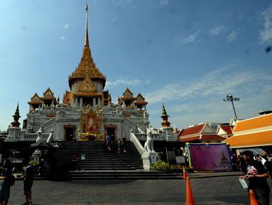 Tampak depan kuil Golden Budha di kota Bangkok, Thailand, Sabtu (17/12). Salah satu biksu yang ada di kuil tersebut memprediksi hasil laga final kedua Piala AFF 2016 antara Thailand melawan Indonesia. (Liputan6.com/Helmi Fithriansyah)