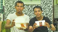 Bek Persik Kediri, Munhar, dan rekannya berbisnis kuliner ayam geprek di Malang. (Bola.com/Iwan Setiawan)